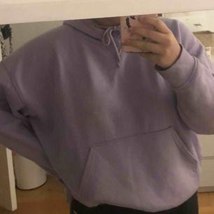 Säljer min älskade lila weekday hoodie 💜 Helst mot byte av en weekday hoodie i stl S, spelar inte roll vilken färg! Tveka inte att fråga