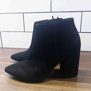 Snygga skor från Hm/diveded, passar alls årstider! Bekväma med bra klack!