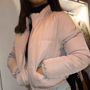 Sjuuukt snygg rosa puffer jacka i kortare modell, har gömda fickor på framsidan. Nästan helt nyskick. Älskaaar den men har alldeles för många vinterjackor, den passar bra till Sveriges kyla❄️