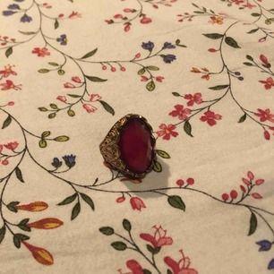 Guldfärgad ring med en stor rosa sten i. Chunky och den perfekta accessoaren. Kan inte måtten på den men den är från Gina tricot och var då märkt som small. Vid frakt står köparen för kostnaden 👼🏻