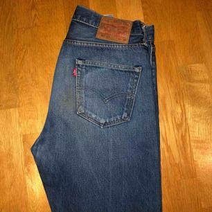 Mörkblåa Levis 501, vintage, storlek W30 L32, jag har storlek 27 i de nya storlekarna & dessa passar mig bra!