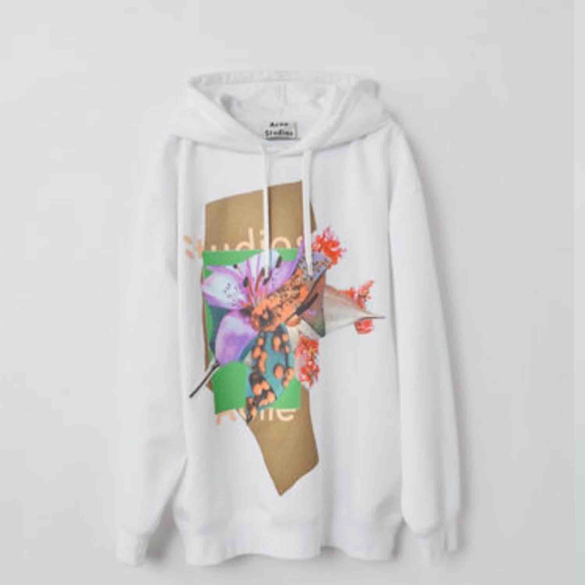 Säljer denna helt nya acne hoodien i strl S men sitter oversized. Aldrig använd, köpare står för frakt💫 Nypris: 3500kr. Huvtröjor & Träningströjor.