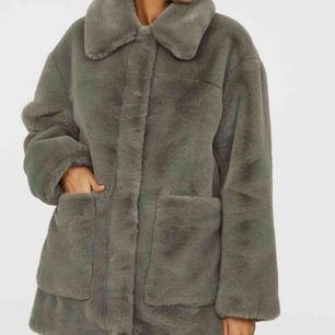 Säljer denna super fina och sköna fuskpäls jacka från hm. Den är 32 men är oversize i storleken, jag har storlek 36 vanligtvis och den passar mig perfekt 👌🏼 möts gärna upp annars kostar frakt 70kr. Bra skick!