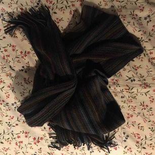 Fin, randig, stickad halsduk i härliga färger. Knappt använd och därför i perfekt skick. Tillräckligt lång för att vira ca tre varv runt halsen. Vid frakt står köparen för kostnaden 👼🏻