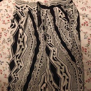 Mönstrade, asnice byxor i svart och vitt. Jättesköna att ha som mjukisar men snygga nog att ha ute! Knappt använda och i perfekt skick. Vid frakt står köparen för kostnaden. 🧸