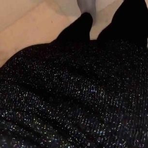 Glittrig ribbad kjol