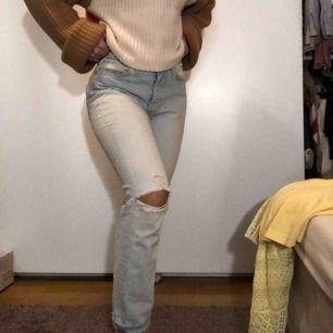 Trendiga ljusblåa jeans med slitningar, straight leg med hög midja. Sjuuukt najs byxor men de är tyvärr förstora för mig i midjan