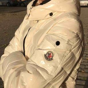 Vill se om nån kanske kan tänka sig och byta mot denna moncler jacka i vit... passar storlek XS.  Den är äkta