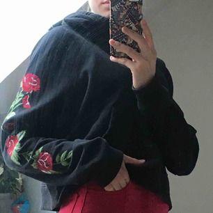 Svart croppad hoodie med fint broderat mönster, frakt betalar köpare🥰