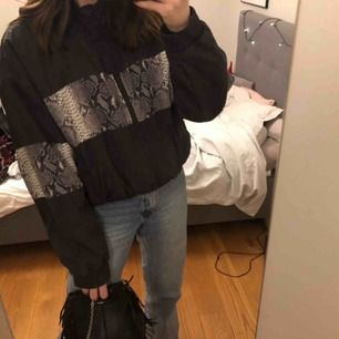 """Oversized """"jacka"""" från Bik Bok. Sitter oversized på mig som vanligtvis har xs-s. Nypris 500kr, knappt använd"""
