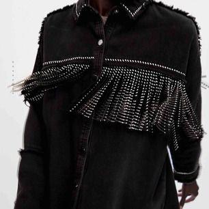 Söker denna jacka från zara!! Skriv om du vill sälja en sådan