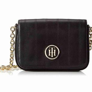 Säljer min Tommy Hilfiger crossbag. Jätte fin och passar både till vardag som fest! Köpt på boozt. Den är knappt använd, hör av er vid frågor ☺️