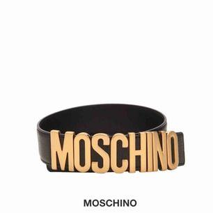Säljer mitt MOSCHINO bälte. Kommer i en kartong från luisaviaroma med moschino tags och kartong osv