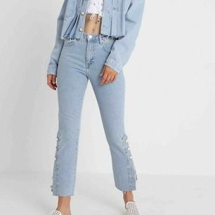 Säljer mina jeans från Elsa Hosk kollektion med bikbok. De är hur fina som helst och helt som nya då jag använt de ca 2 gånger. Frakt tillkommer men har möjligheten att mötas upp i sthlm.