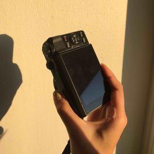 Canon g7x, populär vlogg kamera. Superbra kvalite och nästan aldrig använd. Allt i bilden ingår + minneskort 64gb + lådan den kom med. Frakt ingår. 🍊