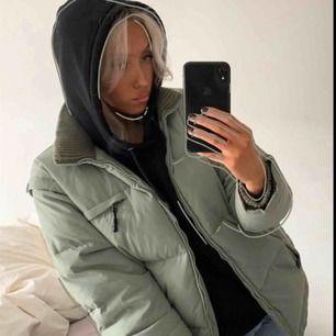 Assnygg oversized jacka från fila. Supermysig och varm nu när det är kallt. Man kan ta av ärmarna och göra den till en väst när det är lite varmare ute.