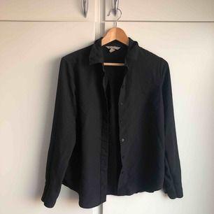 Svart skjorta från HM. Storlek 36. Använd en gång. Nypris: 249kr.