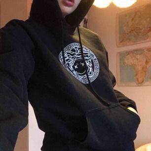 Silvana Imam hoodie! Köpt 2017 för 450 kronor, skick 7/10 ungefär💫 kan mötas upp i Stockholm annars står köparen för frakt☃️💞