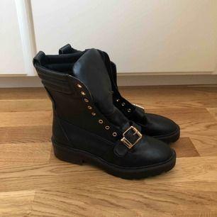 Helt nya/oanvända boots från River Island. Storlek 40, men passar 39 då de är små i storlek. Köptes nya för 649kr, dock passade de inte mig och har snott skosnörena till ett par andra boots (därav halva priset).
