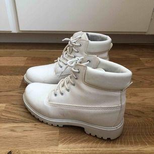 Vita boots från Nelly. Storlek 39.