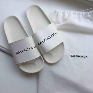 Intressekoll! Balenciaga tofflor / slippers.  Ej äkta men fin kopia! Dustbagen ingår! Äkta kostar ca 2700 kr. Hör av er vid intresse :)
