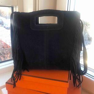 Maje liknande väska med fransar i ÄKTA MOCKA tillverkad i Italien, köptes i saint tropez i somras men har inte kommit till användning. Hoppas någon annan vill ge den lite mer kärlek.  ❌Gratis frakt❌