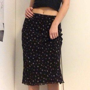 Blommig vintage kjol från Select 🌸 Älskar denna men är tyvärr för stor för mig, markerad som storlek 14 men sitter som en M. Kan dock passa många olika beroende på om man vill ha den hög eller låg i midjan! 💕