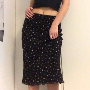 Blommig vintage kjol från Select 🌸 Älskar denna men är tyvärr för stor för mig, markerad som storlek 14 men sitter som en S/M. Kan dock passa många olika beroende på om man vill ha den hög eller låg i midjan! 💕