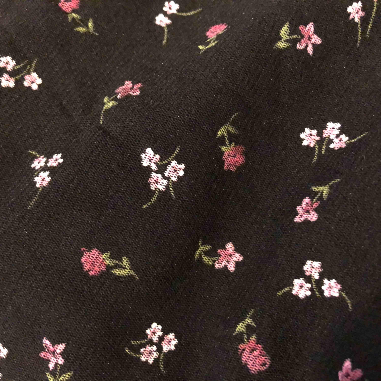 Blommig vintage kjol från Select 🌸 Älskar denna men är tyvärr för stor för mig, markerad som storlek 14 men sitter som en S/M. Kan dock passa många olika beroende på om man vill ha den hög eller låg i midjan! 💕. Kjolar.