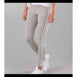 Säljer mina grå adidas tights i storlek 34 (motsvarar xs) för 200 kr. Använd endast fåtal gånger, precis som i nyskick. 🌸