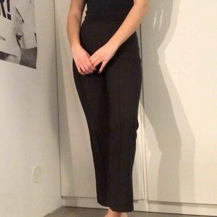 Flared byxor från Gina Tricot 🖤 I skönt stretchigt material!