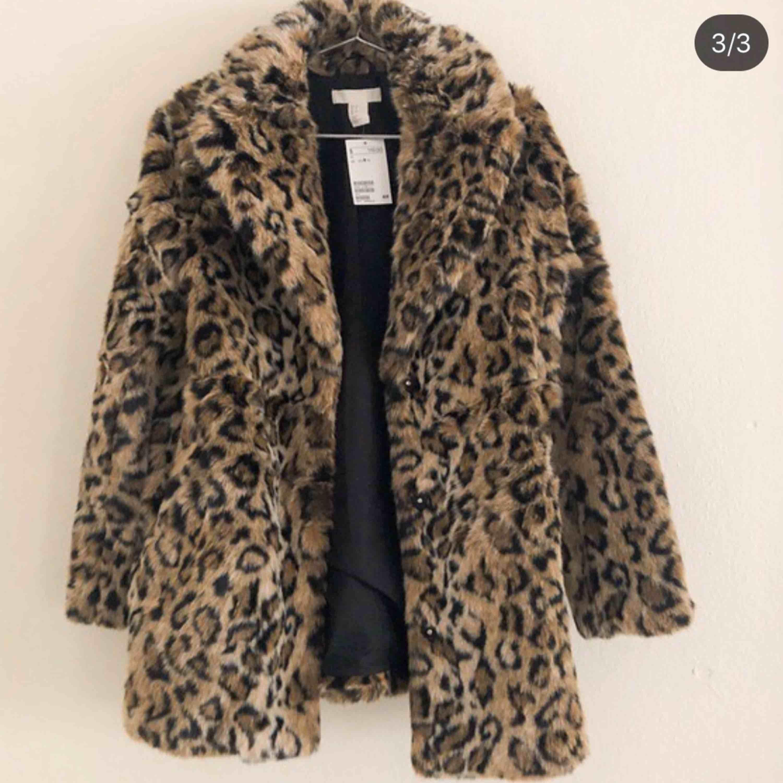 Jag säljer min favorit kappa pga ingen användning av den längre, den är köpt från H&M och är i superfint skick. Storlek Xs, passar även S då den formar sig utifrån kroppens uppbyggnad. Hör av er vid frågor och svar!. Jackor.
