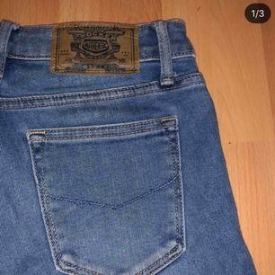Säljer mina superfina bootcut jeans från crocker (se storlek på bild). Använda endast en gång, precis som i nyskick. 🌸 hör av er på dm för frågor och pris!