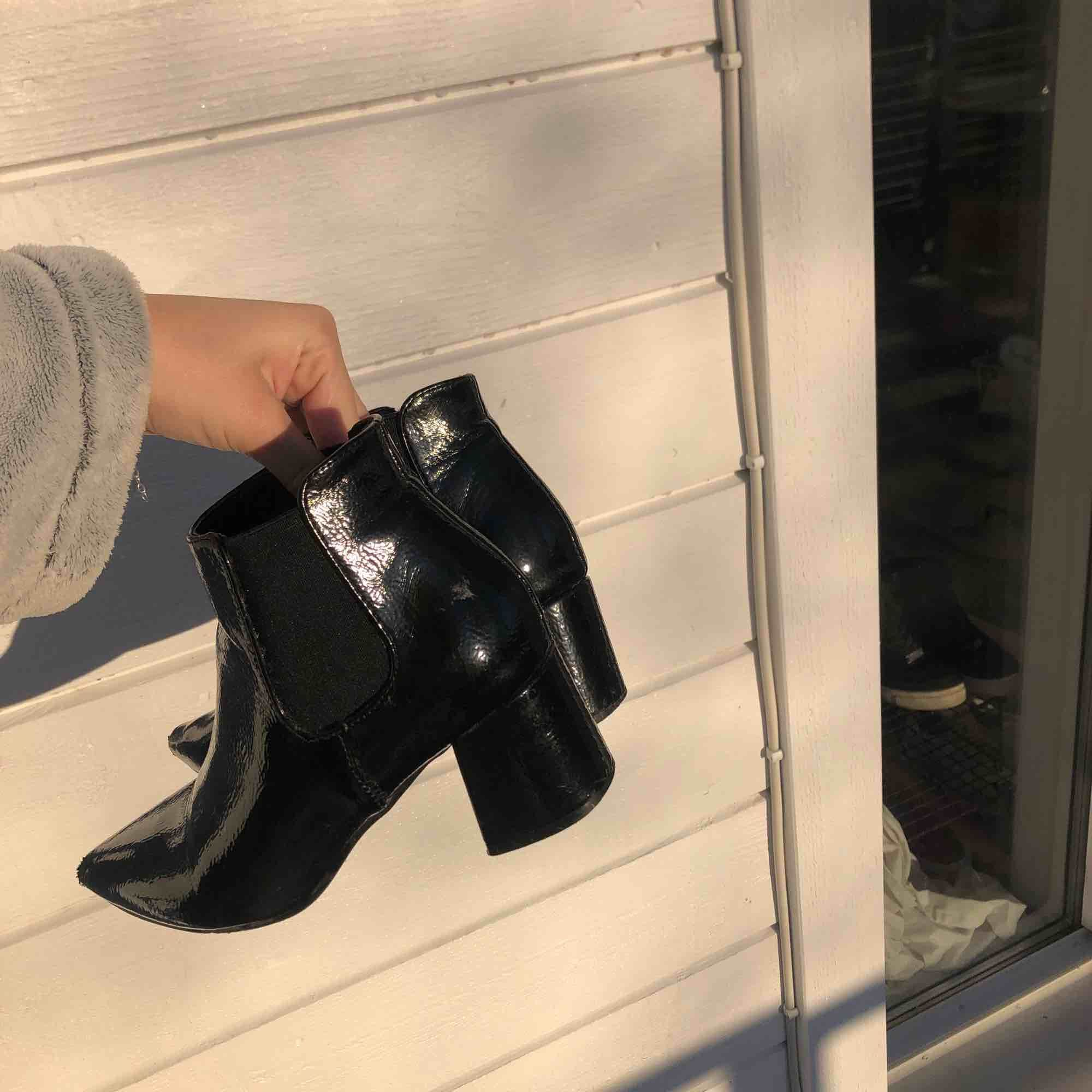Blanka boots i jättefint skick! Köpta för 699:- 💛 50 kr frakt. Skor.