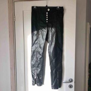 Supersnygga lackade byxor, jättefint skick. Tyvärr för stora för mig 💛 50 kr frakt