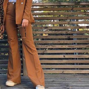 Beige-brun Kostym från Behrska. Fint skick! Frakt tillkommer på 50kr 😃