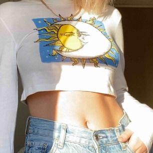 Kortare tröja från urban outfitters!! Använd ett fåtal gånger därav priset :)) nypris 400kr