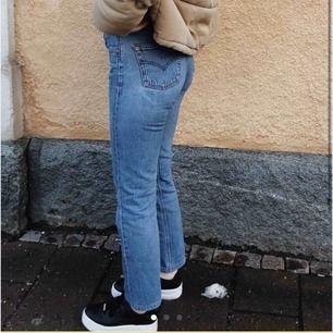 Säljer mina vintage 501 Levi's jeans. Storleken passar mig perfekt som vanligtvis har w26 i jeans 💛