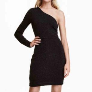 Perfekt nyårs/festklänning från H&M. Såå fint glitter i denna✨. Är tyvärr för liten på mig😭