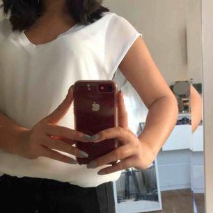 Gullig vit blus från Zara med två lager, en en vit tröja innerst och en mer mesh-liknande tröja ytterst. Storlek XS men passar även S eller M beroende på hur tight man vill ha den.