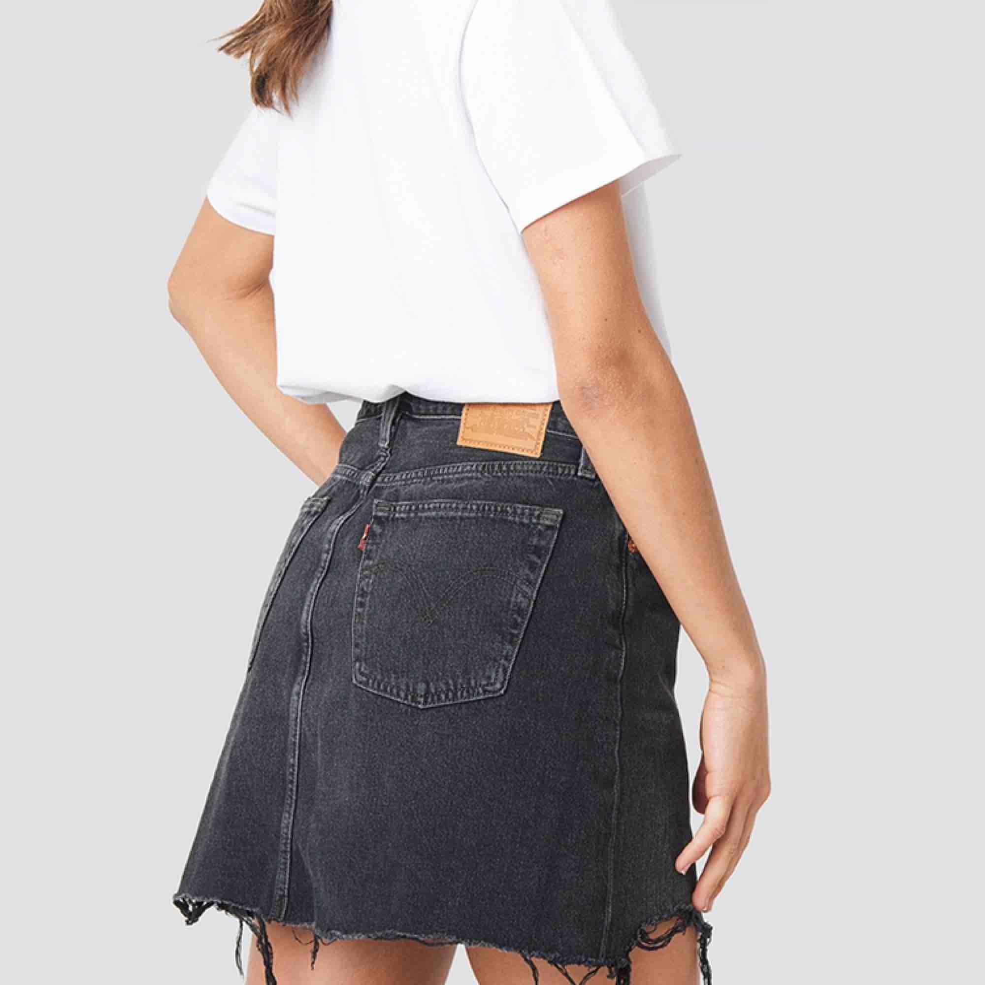 Skit snygg svart kjol ifrån Levis. Köpt nu i somras men har knappt kommit till användning. Köparen står för frakt🖤🎥🖤💣. Kjolar.