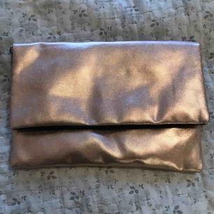 Clutche färg är som guld och rose guld ,