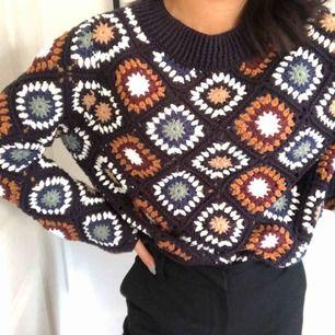 En väldigt fin stickad tröja från Zara med sällsynt mönster i alla möjliga olika färger. Är en M men är själv xs-s och den sitter perfekt enligt mig. Använd endast ett fåtal gånger