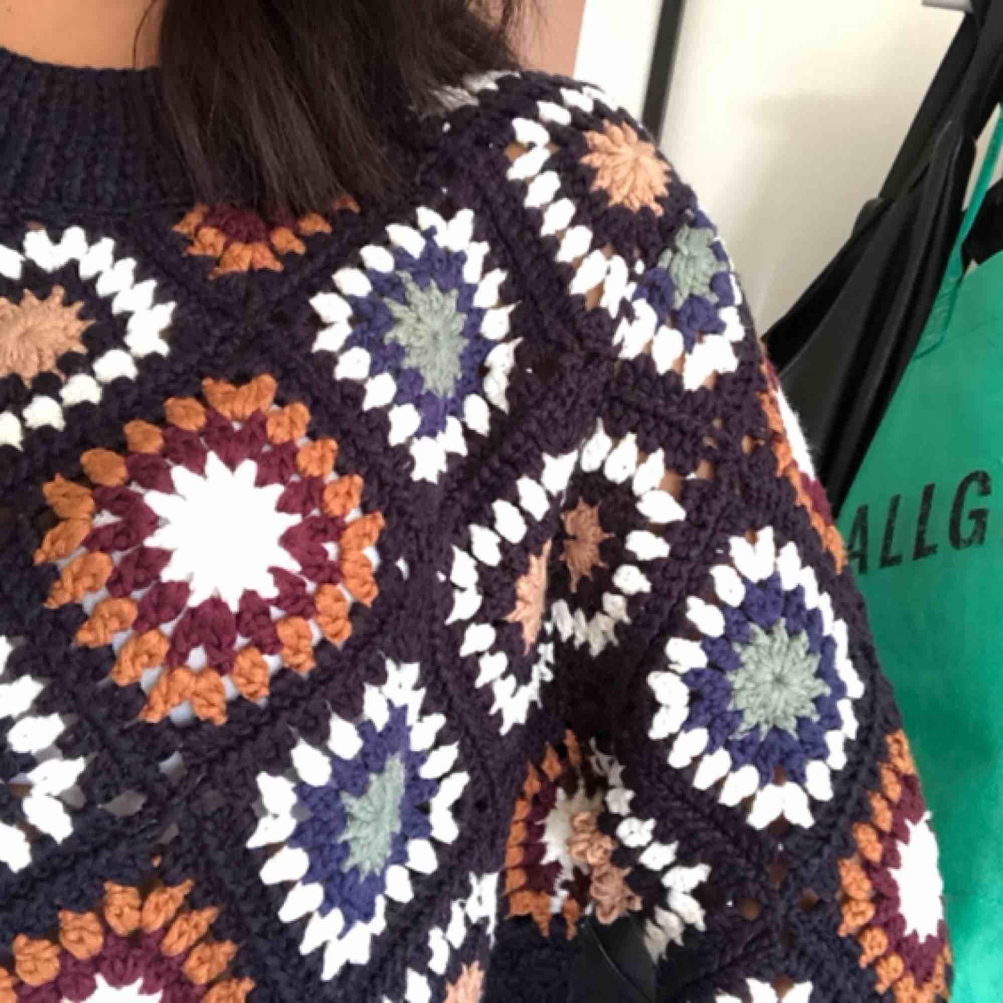 En väldigt fin stickad tröja från Zara med sällsynt mönster i alla möjliga olika färger. Är en M men är själv xs-s och den sitter perfekt enligt mig. Använd endast ett fåtal gånger. Stickat.