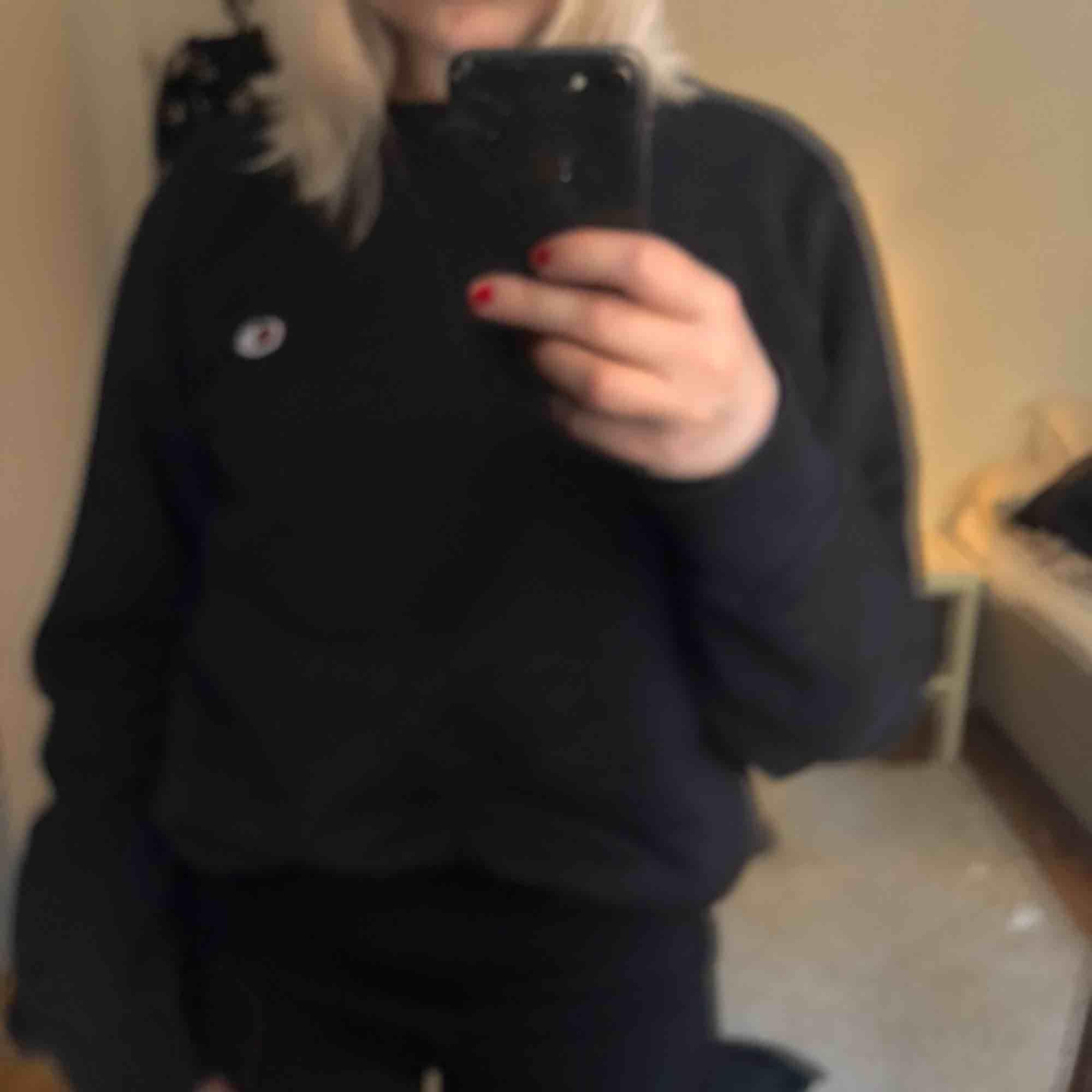 """Champion sweatshirt i en oversized modell. Jätte snygg till ett par """"större"""" jeans och en snygg jacka! Köparen står för frakt. 🐙🦑🦐🦞🦀 (Min kamera är paj, därför är bilderna så suddiga...). Tröjor & Koftor."""