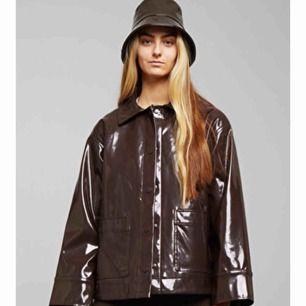 Säljer denna ursnygga jackan från Weekday!!Aldrig använd! Köpte den för 600kr och säljer den nu för 300kr. Funkar i regn såväl som snö. Säljer den eftersom jag har en annan liknande.