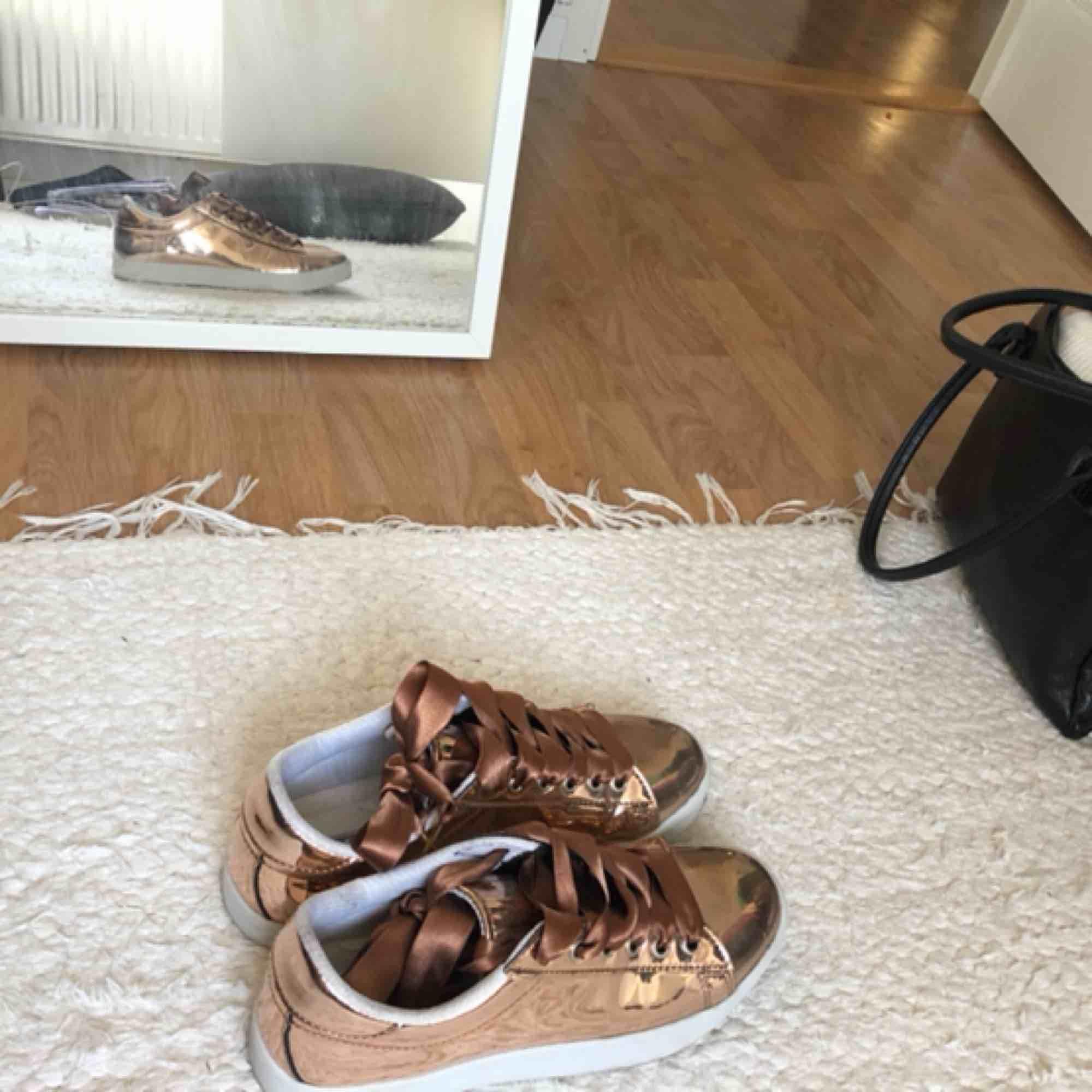 De perfekta uteskorna eller unika vardagssneakers i strl. 38. I glansigt brunt material som reflekterar solljus med bruna silkessnören. Använt endast en gång 😊. Skor.