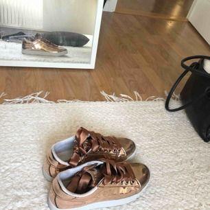 De perfekta uteskorna eller unika vardagssneakers i strl. 38. I glansigt brunt material som reflekterar solljus med bruna silkessnören. Använt endast en gång 😊