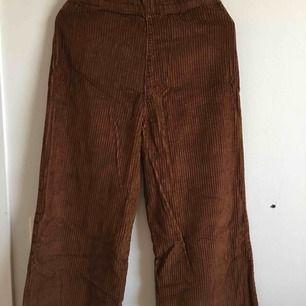 Manchester byxor från Zara i fint skick. Använd bara en gång. Storlek S/36, 93cm lång från midjan.