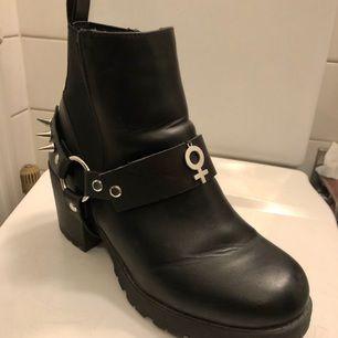 Här har ni en riktigt schyst bootstrap! Handgjord av mig, går att få med eller utan nitar baktill. Det finns bara tre stycken av denna modell att köpa så det är bara att slå till! 🌸